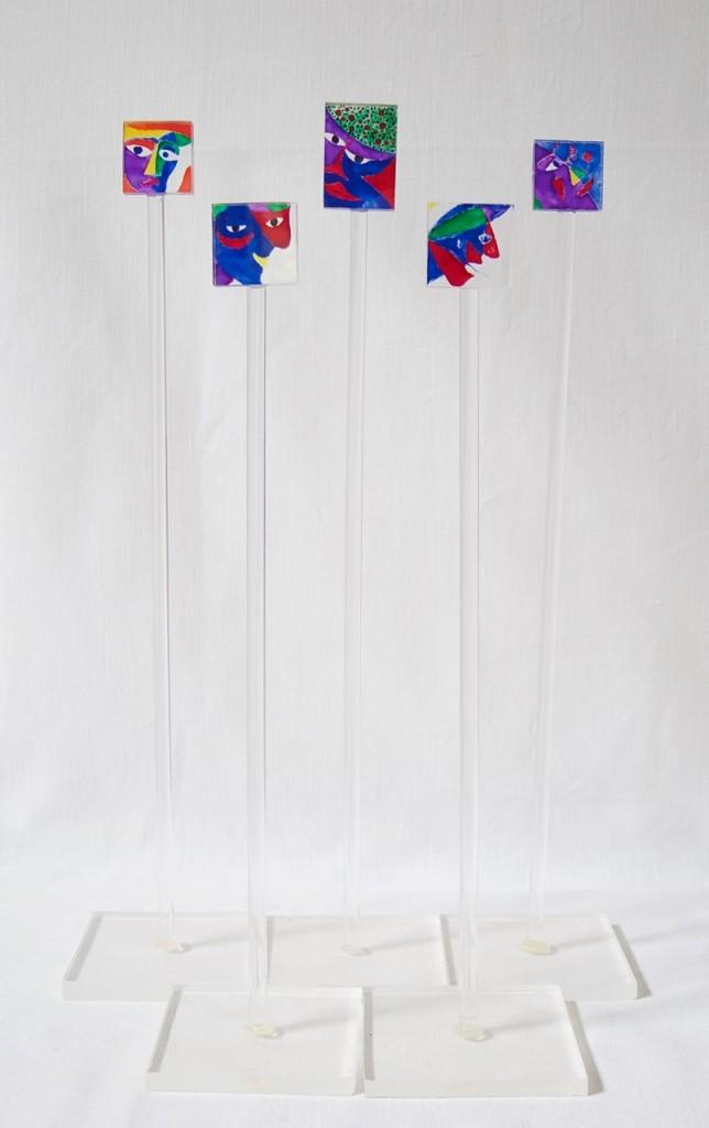 Miniskulpturer; plexiglas, glasfärg